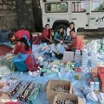 Helfer und Helferinnen packen Pakete mit nützlichen Dingen