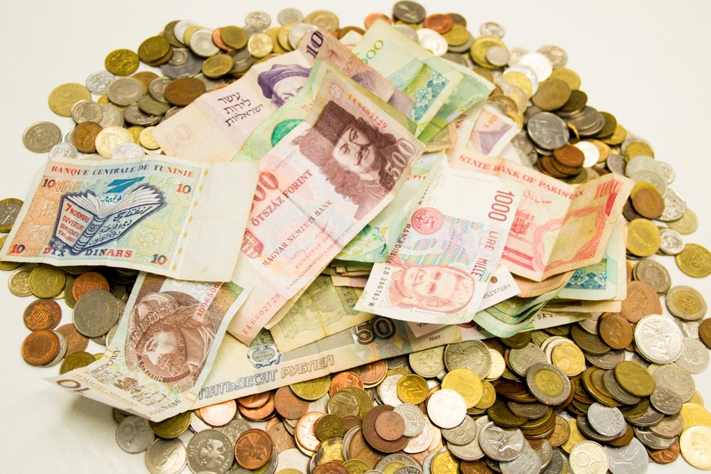 Diverse Geldscheine und Münzen aus beispielsweise Pakistan und Tunesien