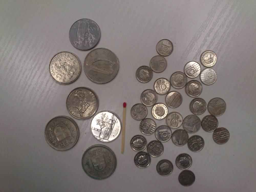 Kleine und grosse Münzen mit Streichholz abgebildet