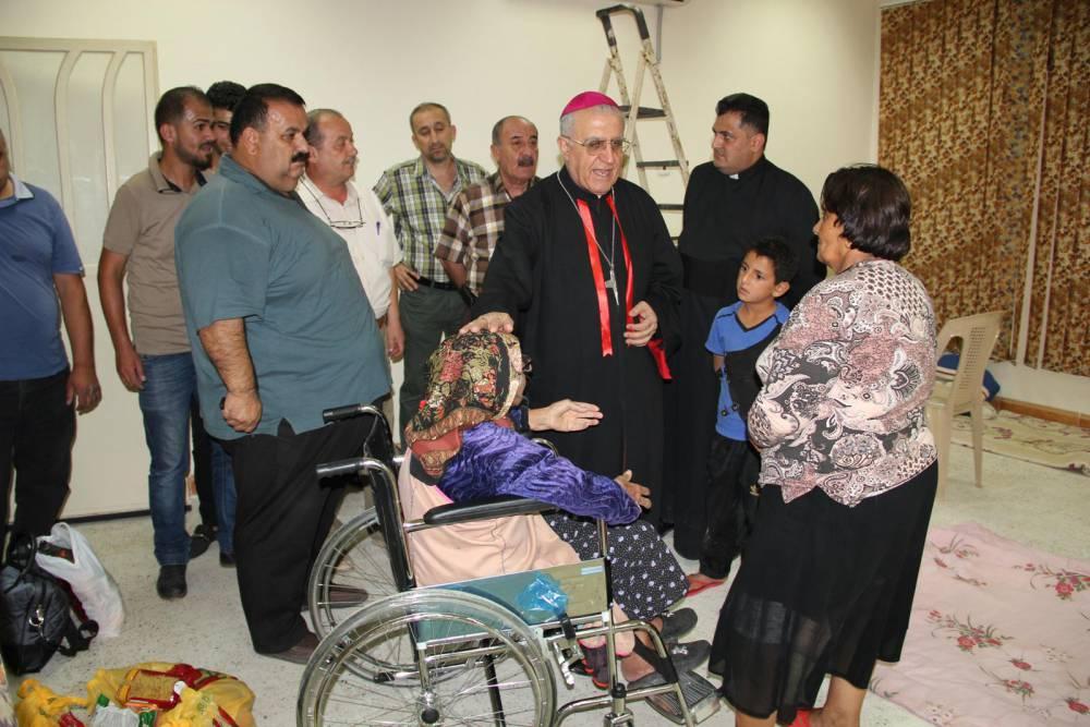 Erzbischof Dr. Yousif Mirkis im Gespräch mit Flüchtlingen