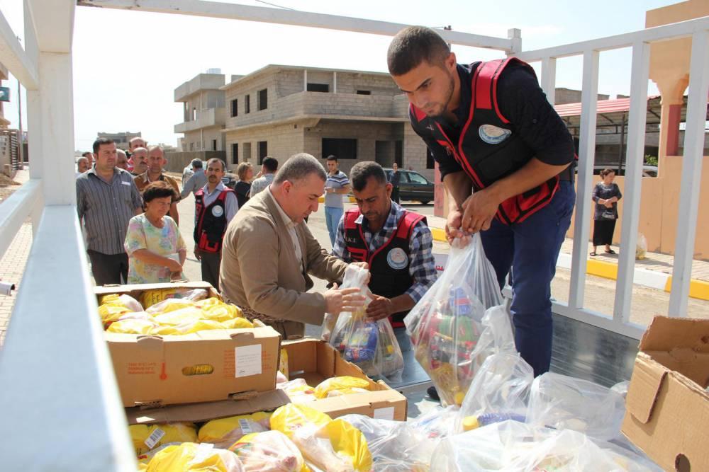 Helfer verteilen Lebensmittel im Nordirak