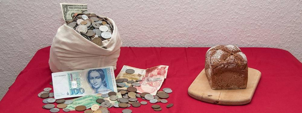 Ein Berg Schlafmünzen neben einem Brotlaib