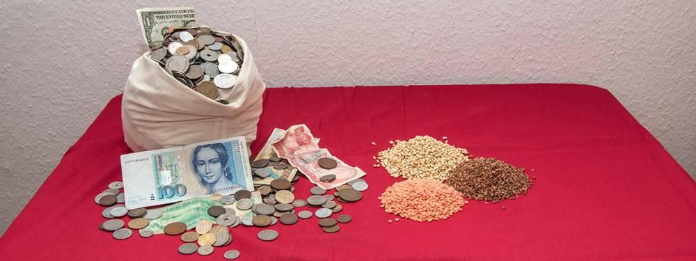Ein Berg Schlafmünzen neben Saatgut