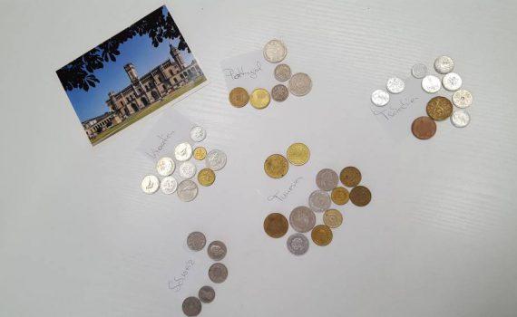 Eine Postkarte mit grüßen aus Hannover- Zusehen ist die Universität- Mit Münzen aus Portugal, Tunesien, Kroatien,der Schweiz und Tschechien
