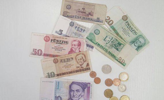 Verschiedene Geldscheine unterschiedlicher Währungsreformen Deutschlands, DM, DDR Währung...