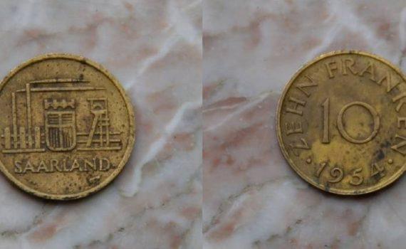 eine Münze, Vorder- und Rückseite, Zehn saarländische Franken von 1954
