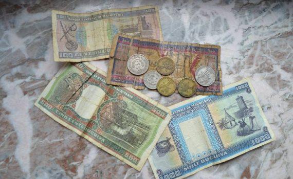 Bunte Scheine in Hellblau, Grün-Orange und Lila-Rot, dazu ein paar Münzen