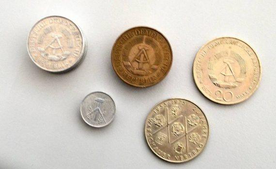 5 Münzen verschiedener Größe aus DDr Zeiten versehen mit Hammer und Zirkel