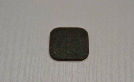 Eine quadratische Münze aus den 1925ger Jahren aus Asien